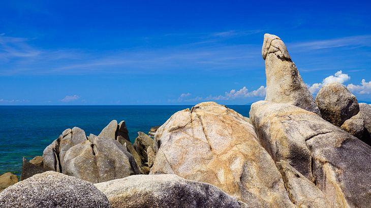 """Touristin sorgte für Furore als sie sich nackt an heiligem """"Penis""""-Felsen reibt"""