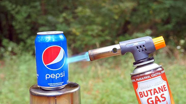 Das passiert, wenn man eine Cola-Dose mit einem Gasbrenner attackiert