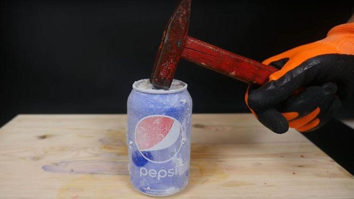 Das passiert, wenn man mit einem Hammer auf eine mit Stickstoff gefrorene Pepsi-Dose haut