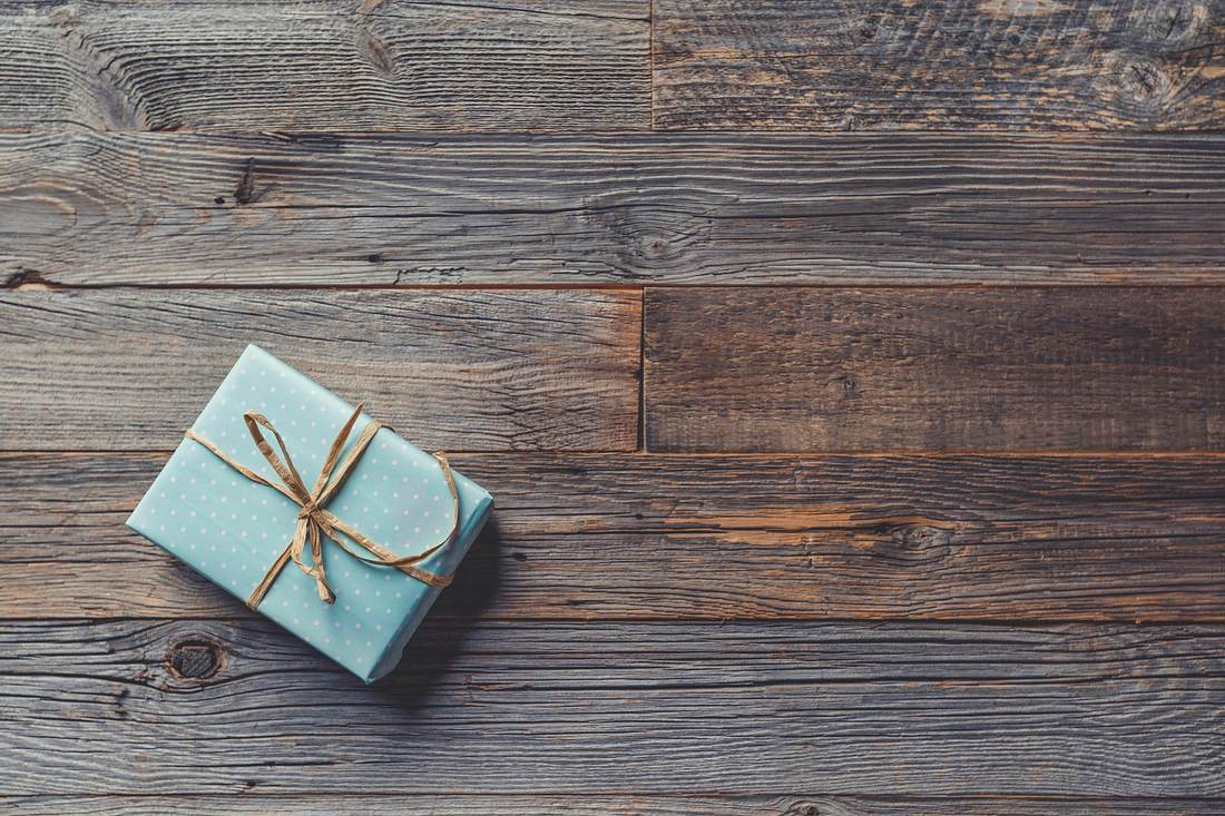 Ein kleines Päckchen in dem ein personalisiertes Geschenk ist