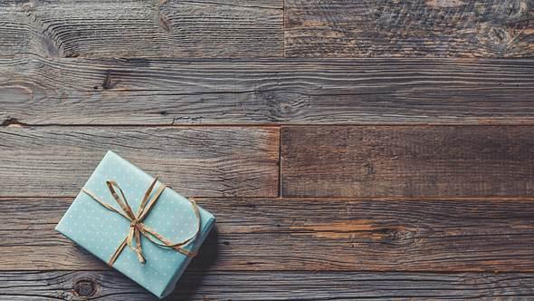 Ein kleines Päckchen in dem ein personalisiertes Geschenk ist - Foto: iStock/courtneyk