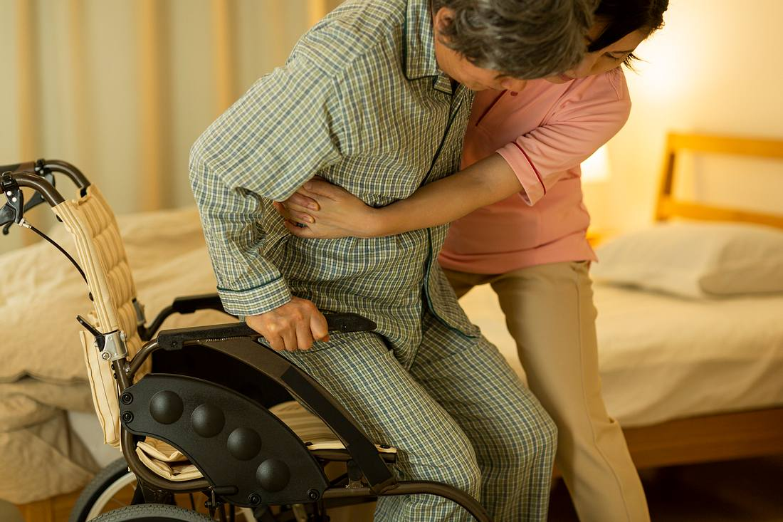 Pflegekraft hilft Patienten