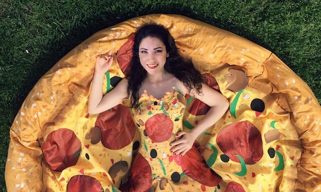Pizzarella-Dress: Designerin Olivia Mears hat ein Pizza-Kleid entworfen