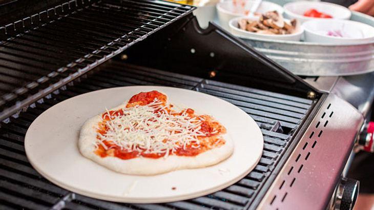 Pizzastein für den Grill: Damit gelingt dir deine Pizza auch zu Hause