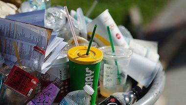 Überquellender Plastikmüll - Foto: iStock / PeskyMonkey