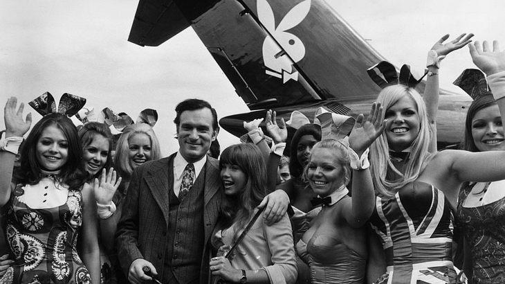 Hugh Hefner am Flughafen London im Jahr 1970