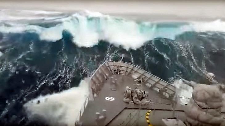 Ein Schiff der neuseeländischen Marine trifft auf einem monströsen Sturm im Südpolarmeer