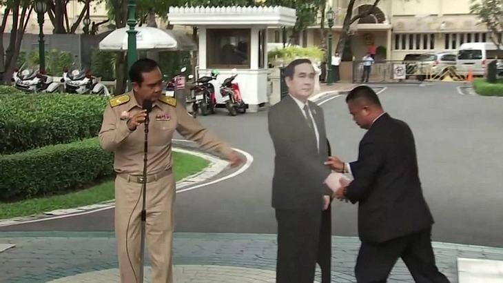 Thailands Premierminister schickt eine Pappfigur zur Pressekonferenz