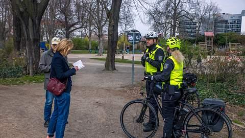 Polizei kontrolliert Passanten - Foto: imago images / Christian Grube