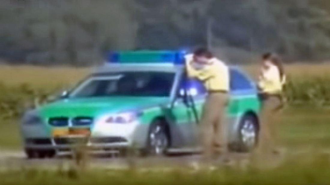 Radarkontrolle: Ein Motorradfahrer rast mit 300 km/h an der Polizei vorbei