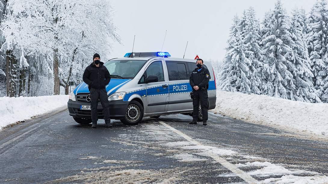 Polizisten sperren eine Zufahrtstraße - Foto: imago images / MedienServiceMüller
