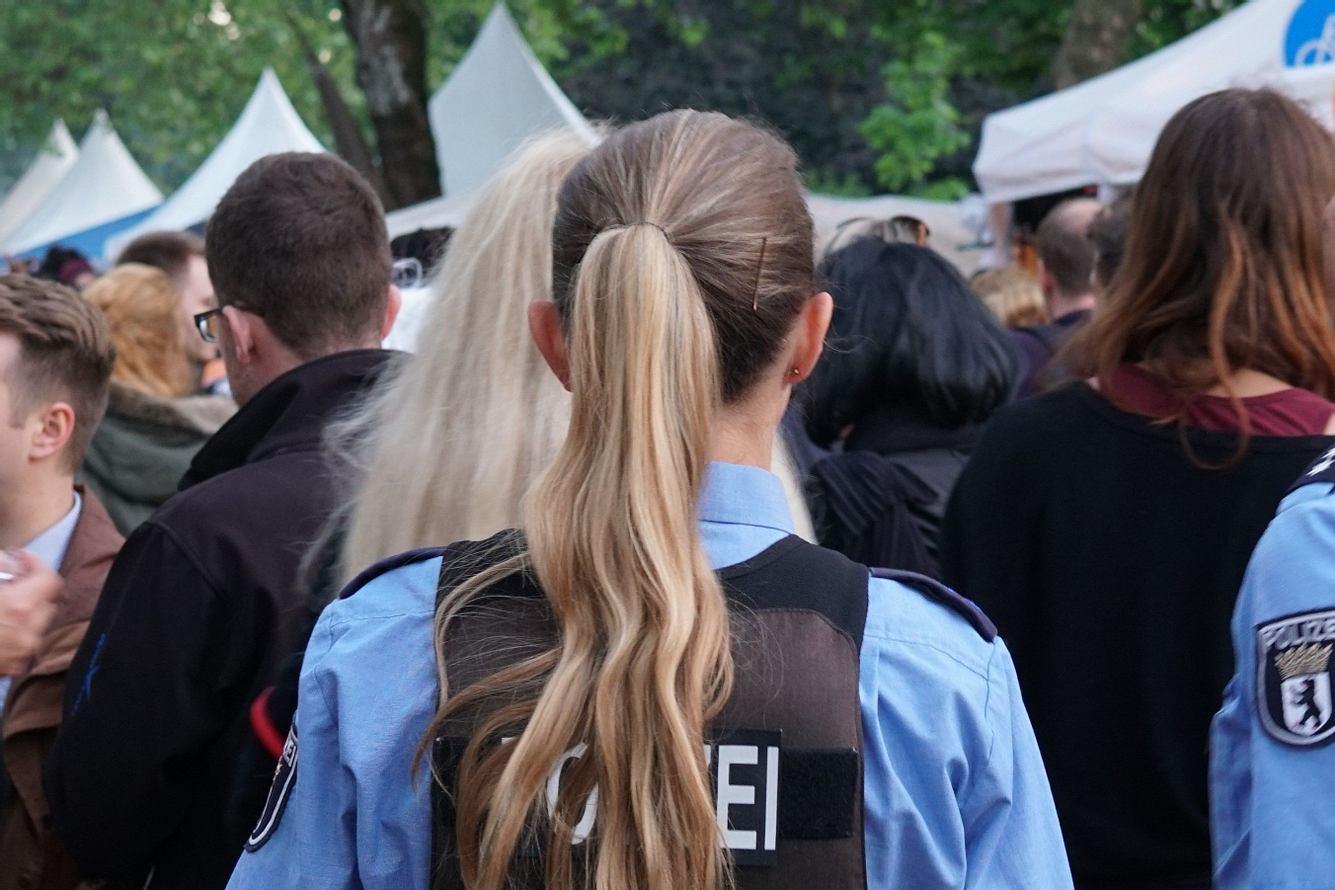 Polizistin von hinten