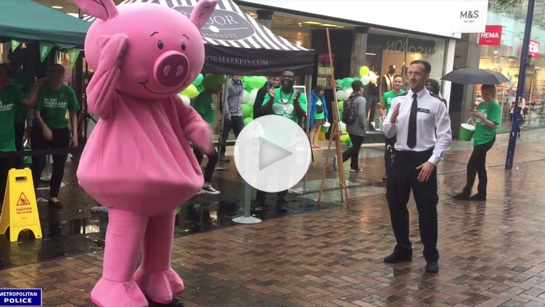 So sieht ein Tanzwettbewerb zwischen einem Polizisten und einem Schwein aus