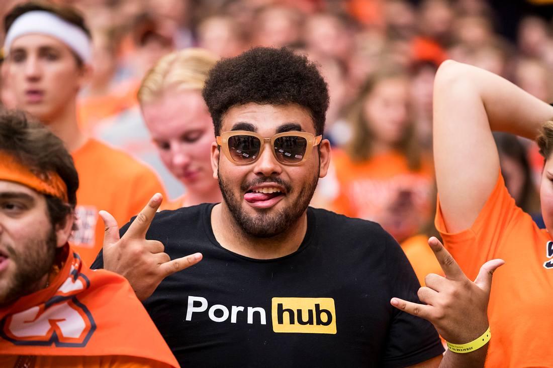 Junger Mann mit Pornhub-T-Shirt