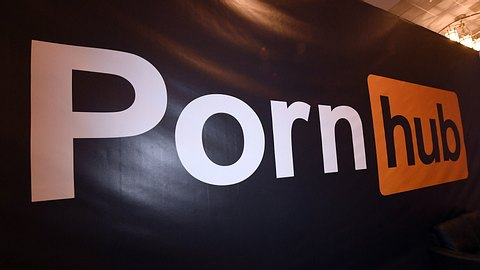 Leinwand mit Pornhub-Logo - Foto: Getty Images / Ethan Miller / Staff