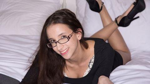 Schöne Studentin wird aus Geldnot Pornostar