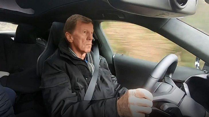 """Rennsport-Legende Walter Röhrl testet E-Porsche """"Taycan"""""""