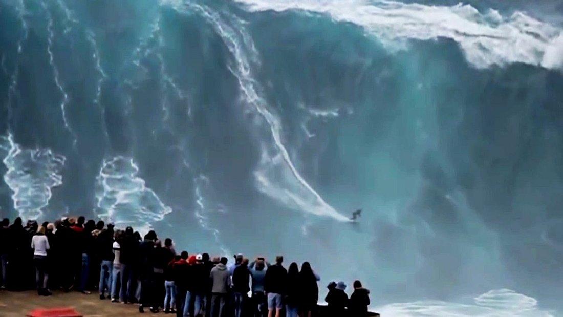 Die Gewässer des Städtchens Nazaré in Portugal sind weltbekannt für ihre Riesenwellen