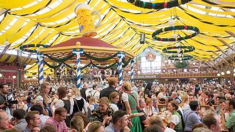 Prallgefülltes Oktoberfestzelt - Foto: iStock / W6