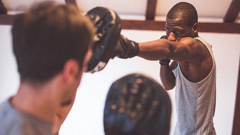 Pratzen für ein effektives Training - Foto: iStock / Kosamtu