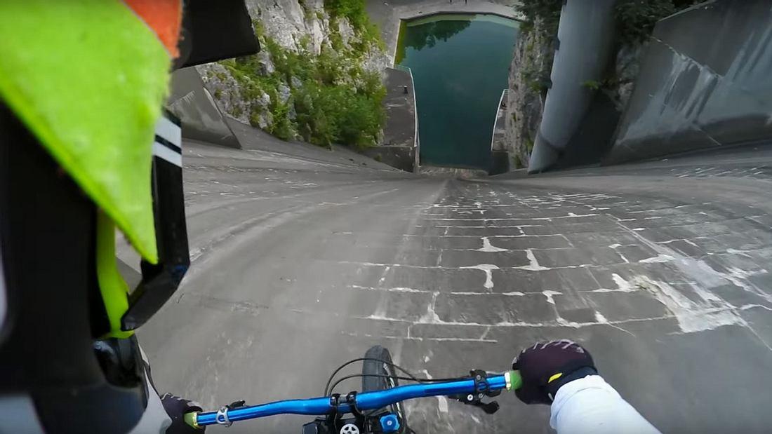 Primoz Ravnik fährt einen 60-Meter-Staudamm nahe Moste, Zirovnica herunter