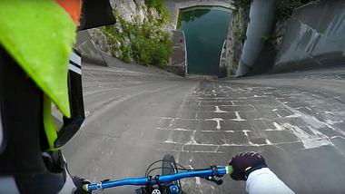 Adrenalin pur! Mountainbiker bezwingt senkrechten 60-Meter-Damm