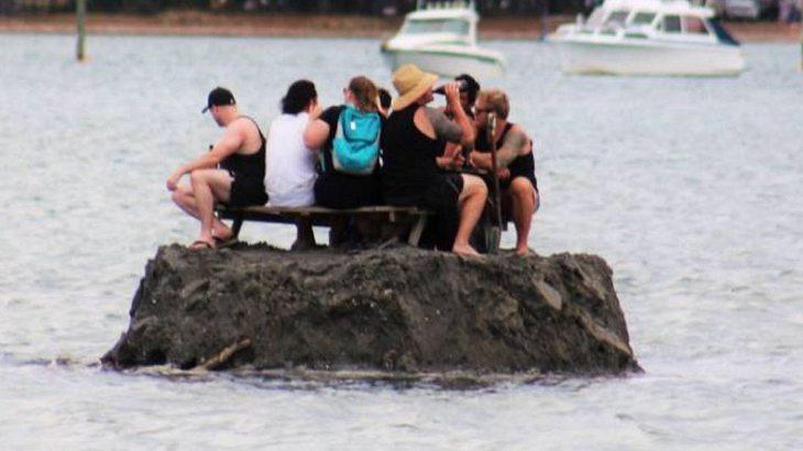 Männer bauen eigene Insel, weil sie ein Alkoholverbot umgehen wollen