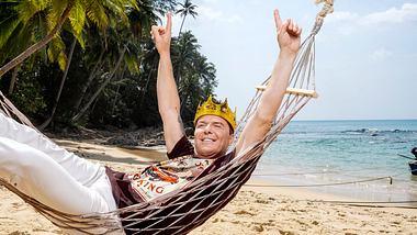 Marcus Prinz von Anhalt entspannt mit Krone in einer Hängematte am Strand - Foto: SAT.1
