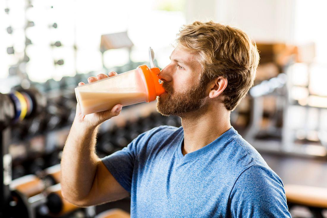 Mann trinkt Proteinshake