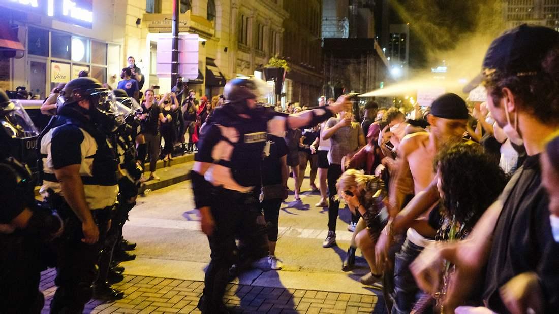 US-Polizist besprüht Demonstranten mit Pfefferspray