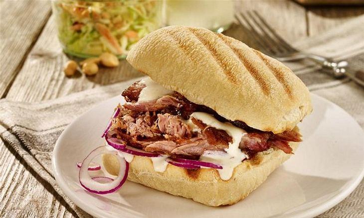 Ein Panini mit Pulled Pork