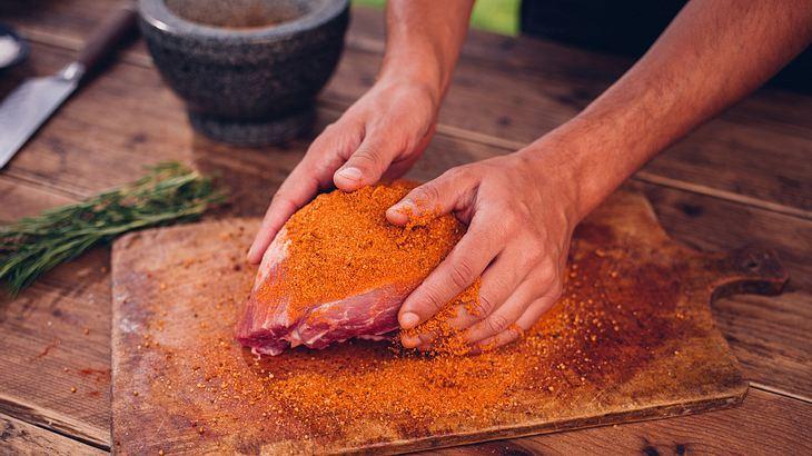"""Das Pulled-Pork-Fleisch großzügig mit einer Gewürzmischung, dem """"Rub"""", einreiben"""