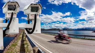 Geschwindigkeitskontrolle auf einer Schnellstraße - Foto: iStock / cookelma