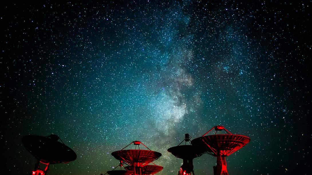 Radioteleskope, über ihnen die Milchstraße - Foto: iStock / 00one