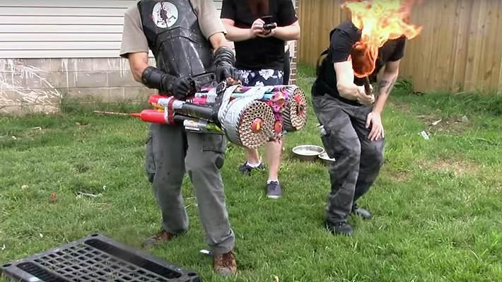 Männer ballern mit größtem Böller-Raketenwerfer