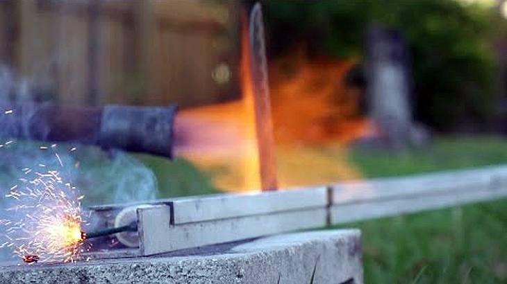 YouTuber Backyard Scientist schießt ein Raketenmesser auf 12 Feuezeuge