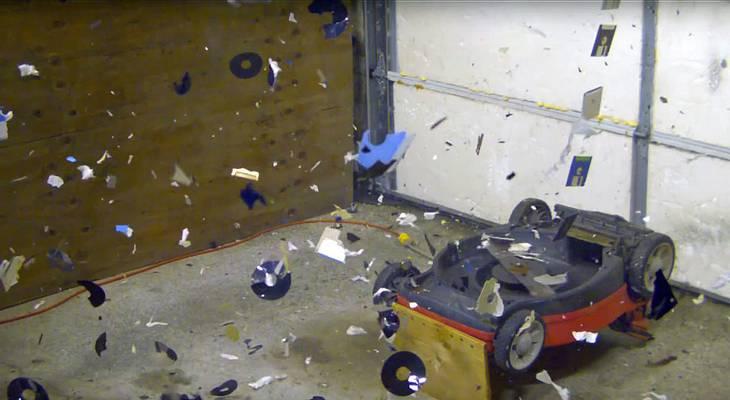 Ein Rasenmäher zerstört Disketten und CDs