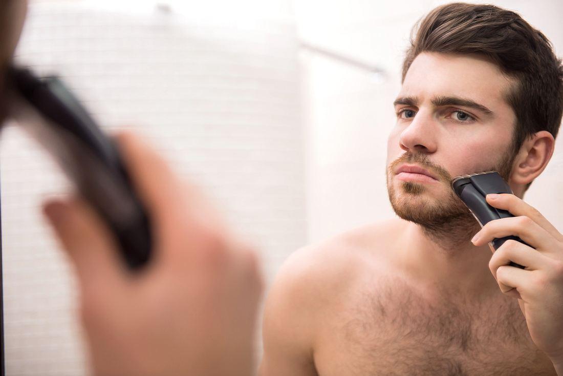 Mann mit Rasierapparat