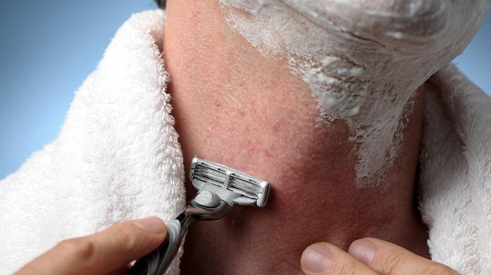 Mann rasiert sich mit einem Nassrasierer - Foto: iStock / EHStock