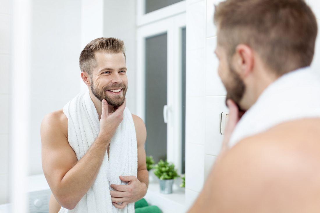 Morgen Hygiene, Mann im Badezimmer in Spiegel.