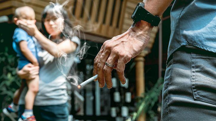 Raucher auf Spielplatz