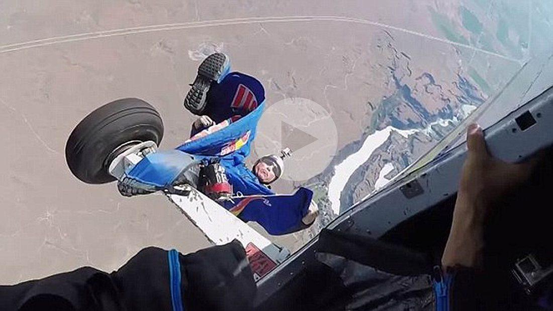 Redbull Skydiver bleibt mitten im Sprung am Flieger hängen