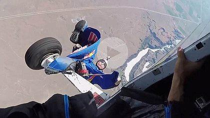 Redbull Skydiver bleibt mitten im Sprung am Flieger hängen - Foto: Screenshot YouTube