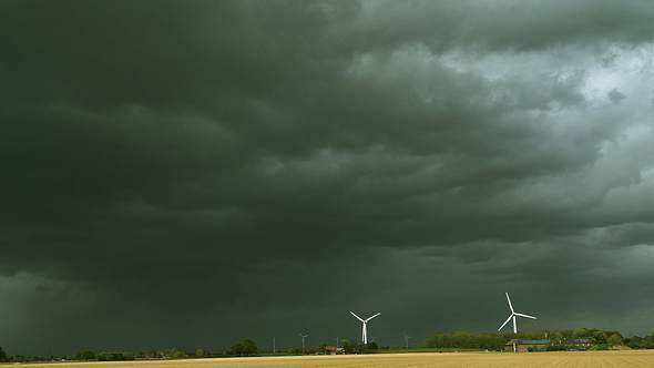 Dunkler Himmel über Feld - Foto: IMAGO / Rech