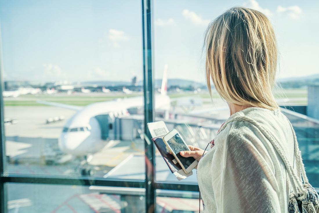 Frau am Flughafen wartet auf den Abflug.