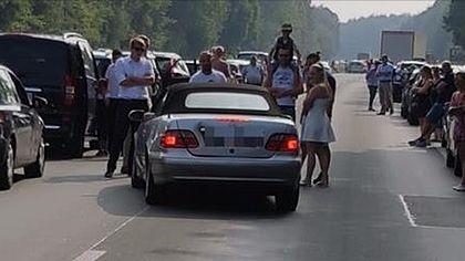 Rettungsgassen-Rowdy: Zeugen stoppen Mercedes-Proll auf A4