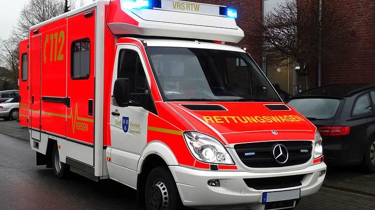 Autofahrer attackiert Sanitäter, der gerade Kind Leben rettet