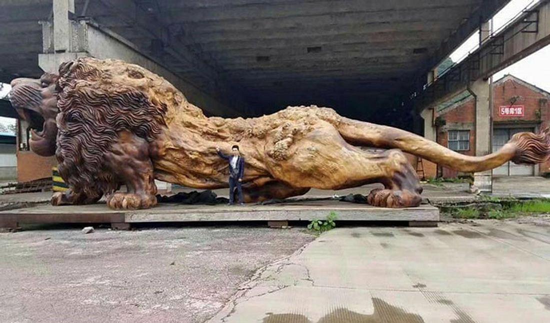 20 Männer schnitzen 3 Jahre diesen Löwen aus einem einzigen Baum