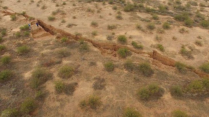 Die US-Geologen des Arizona Geological Survey (AZGS)veröffentlichten jüngstBilder des gigantischen Erdrisses, der die Wüste in Arizonaförmlich zu teilen scheint