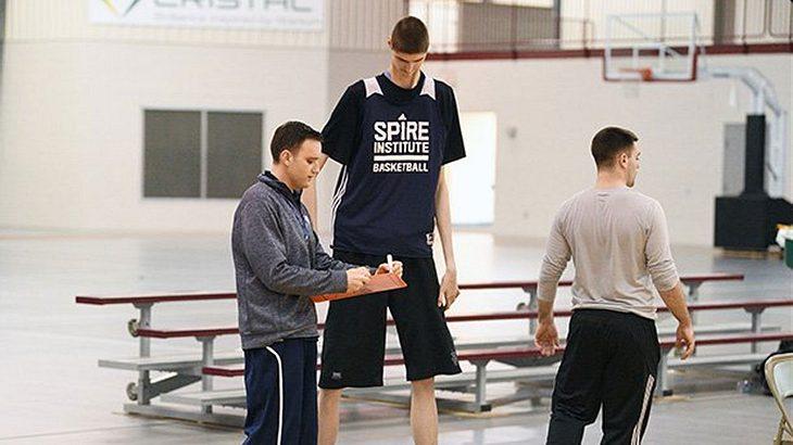 Robert Bobroczky misst 2,34 Meter und ist damit der zweitgrößte Basketballer der Welt